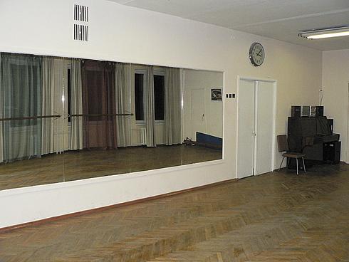 Международный танцевальный центр предлагает услугу по аренде танцевальных залов, в которых есть всё, что необходимо для занятий танцами